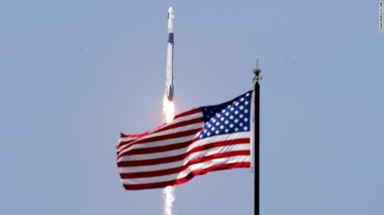 Phi thuyền của Elon Musk bay lên quĩ đạo, bất ngờ mang đến món quà cho tỉ phú Richard Branson - Ảnh 1.
