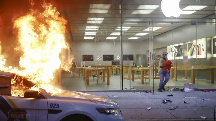 Apple đóng loạt cửa hàng trên khắp nước Mỹ vì biểu tình và nạn cướp bóc - Ảnh 1.