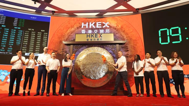 Nhờ làn sóng 'di cư' của cổ phiếu Trung Quốc, Hong Kong có thể thu hút hơn 500 tỉ USD  - Ảnh 1.
