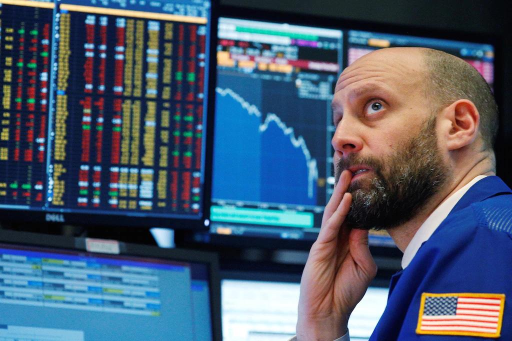 Chứng khoán Mỹ sụt giảm phiên đầu tuần, Dow Jones mất gần 200 điểm - Ảnh 1.