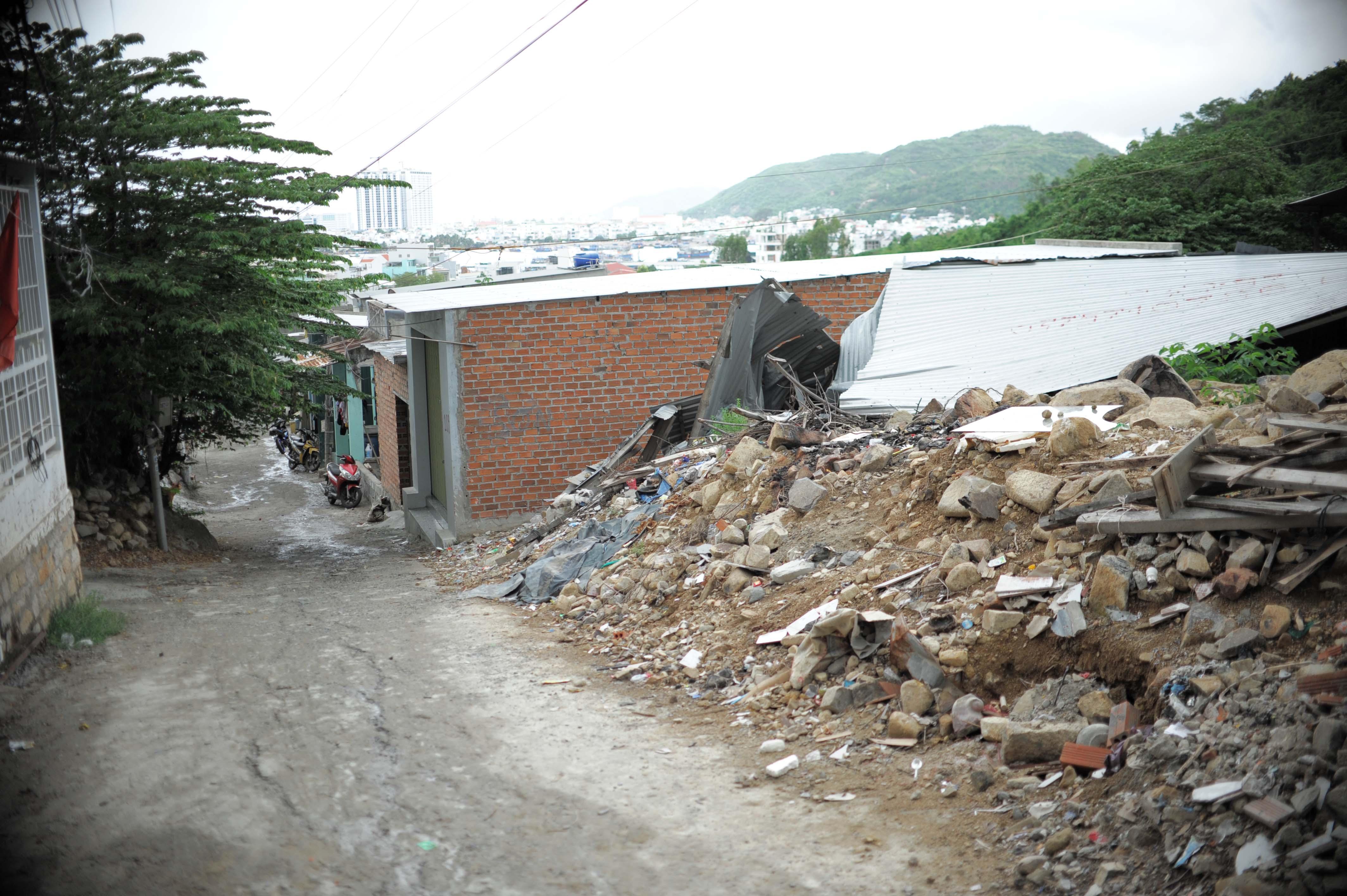 Khánh Hòa khó di dời người dân vùng sạt lỡ - Ảnh 2.