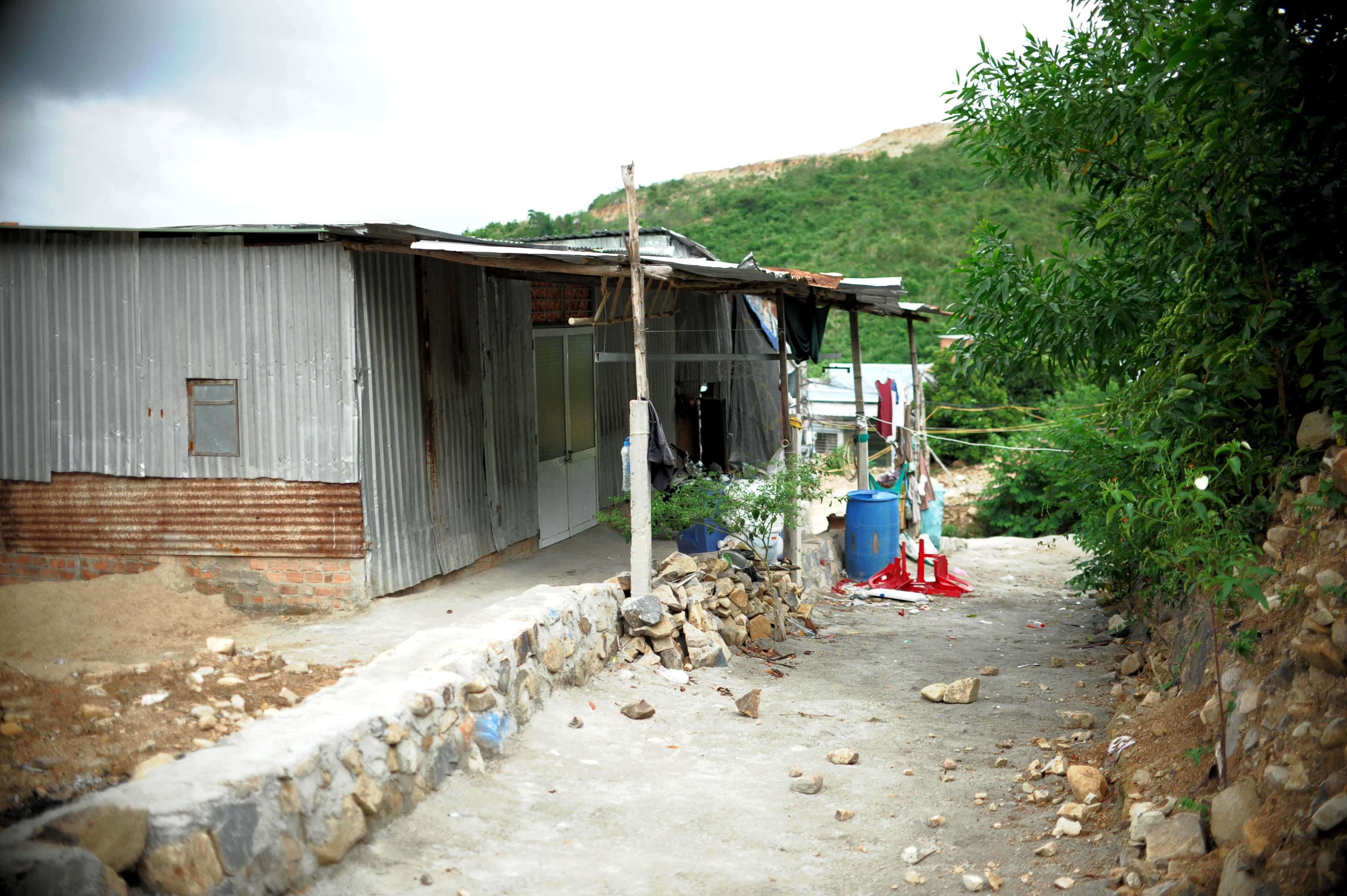 Khánh Hòa khó di dời người dân vùng sạt lỡ - Ảnh 3.