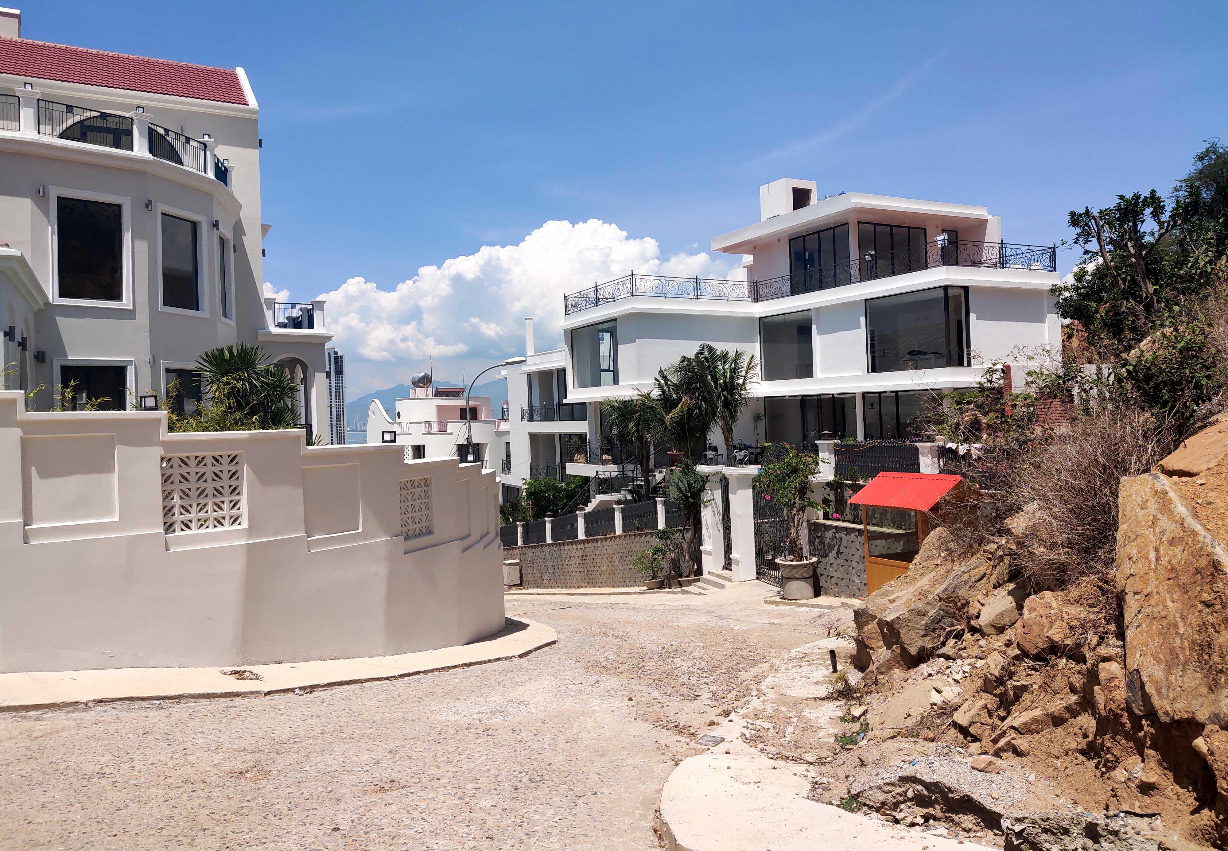 Cận cảnh khu biệt thự 'xây lụi' trên núi cô Tiên  - Ảnh 2.