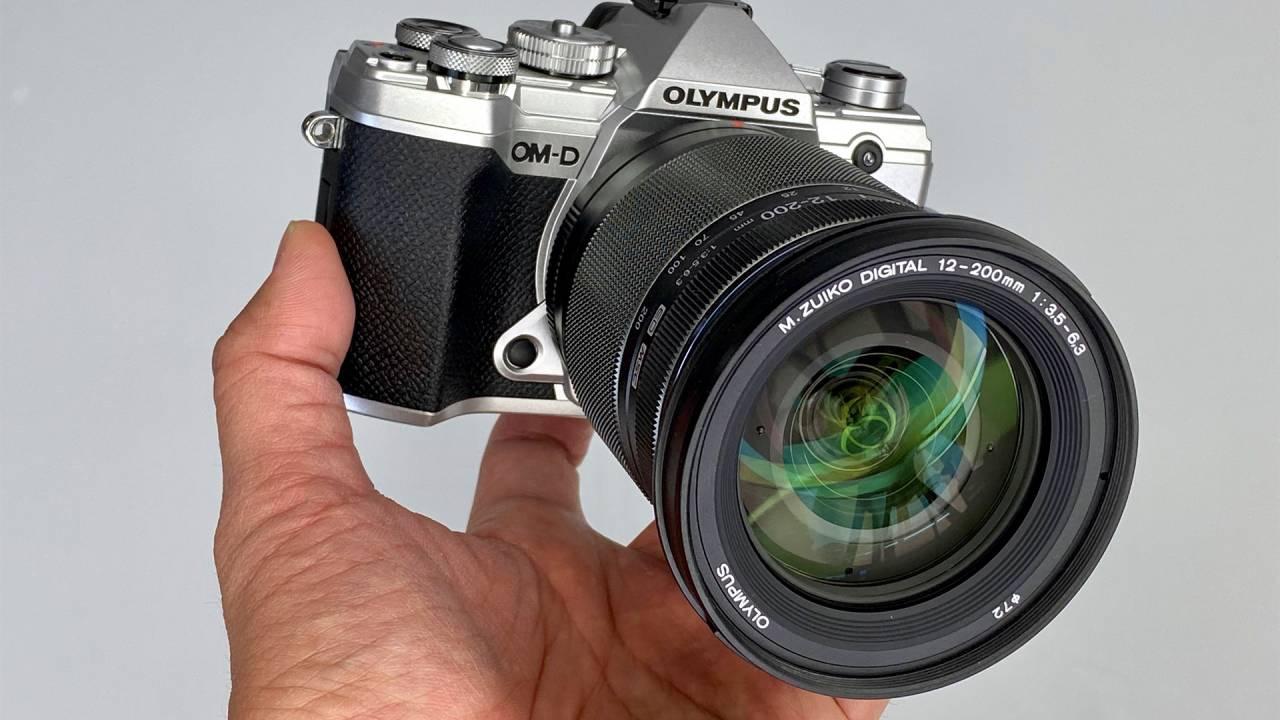 Không cạnh tranh lại camera điện thoại, Olympus quyết định bán mảng máy ảnh - Ảnh 1.