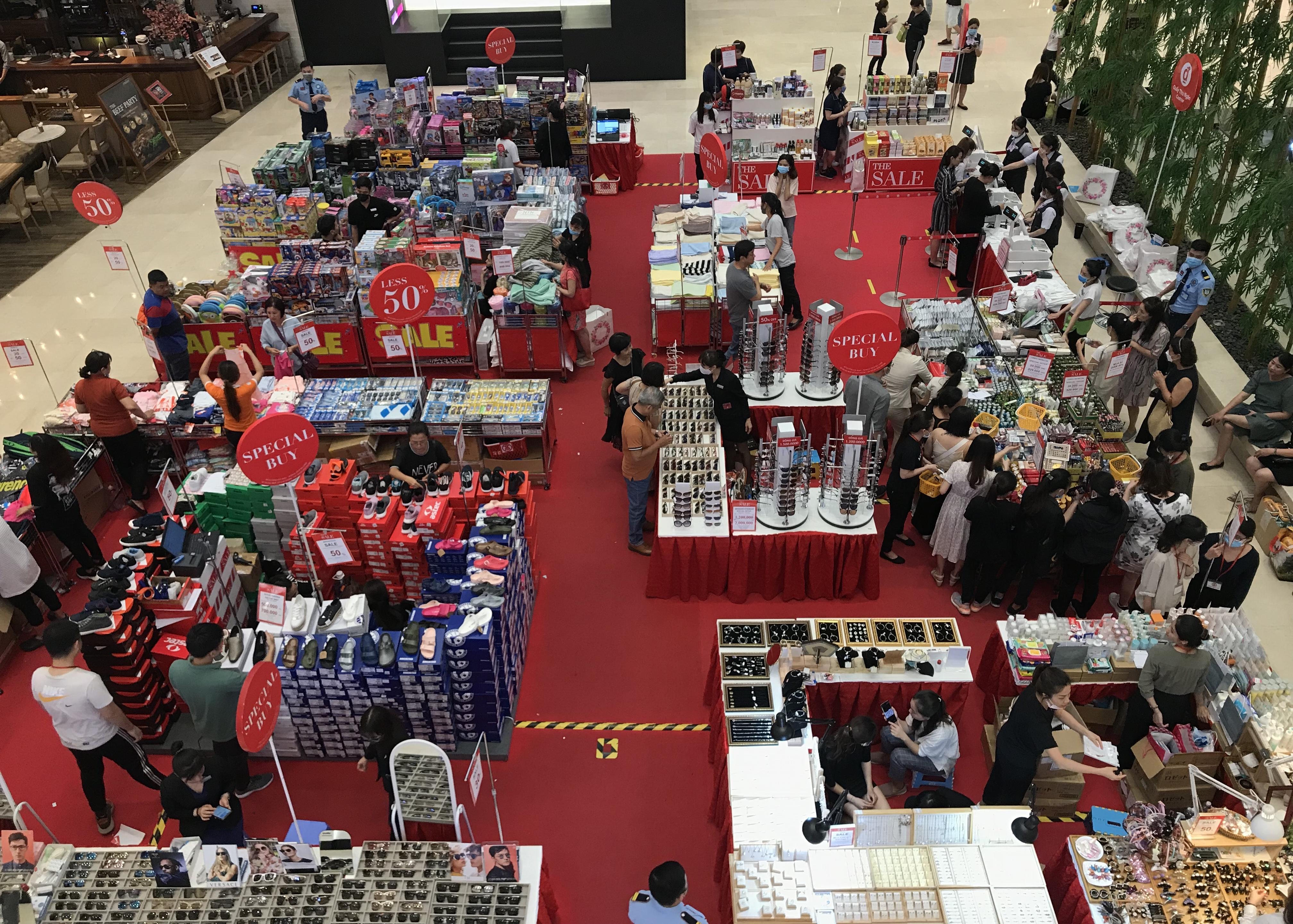 Hàng hiệu đua giảm tới 80% để kích cầu hậu COVID-19, người Sài Gòn tranh mua đồ giá sốc - Ảnh 11.