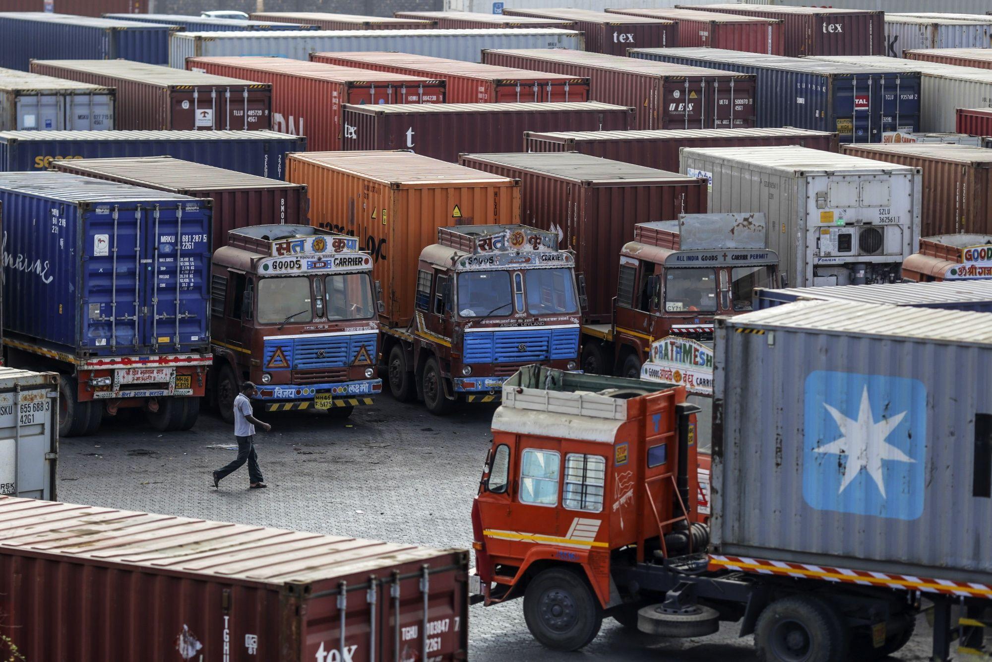 Hàng hóa Trung Quốc ùn ứ tại cảng Ấn Độ không rõ lí do - Ảnh 1.
