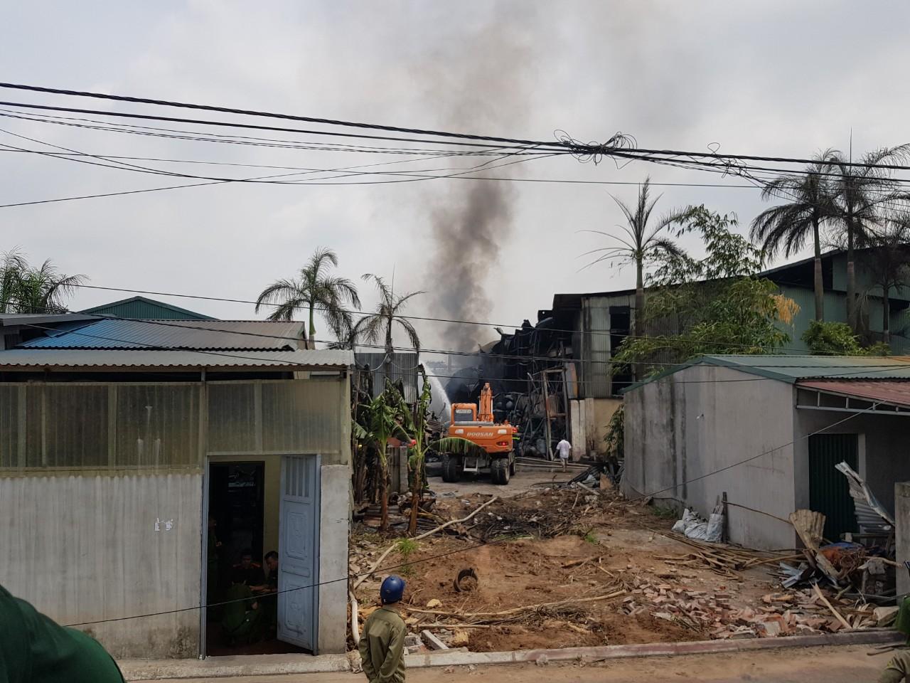 Đang cháy xưởng hóa chất làm sơn ở Long Biên - Ảnh 2.