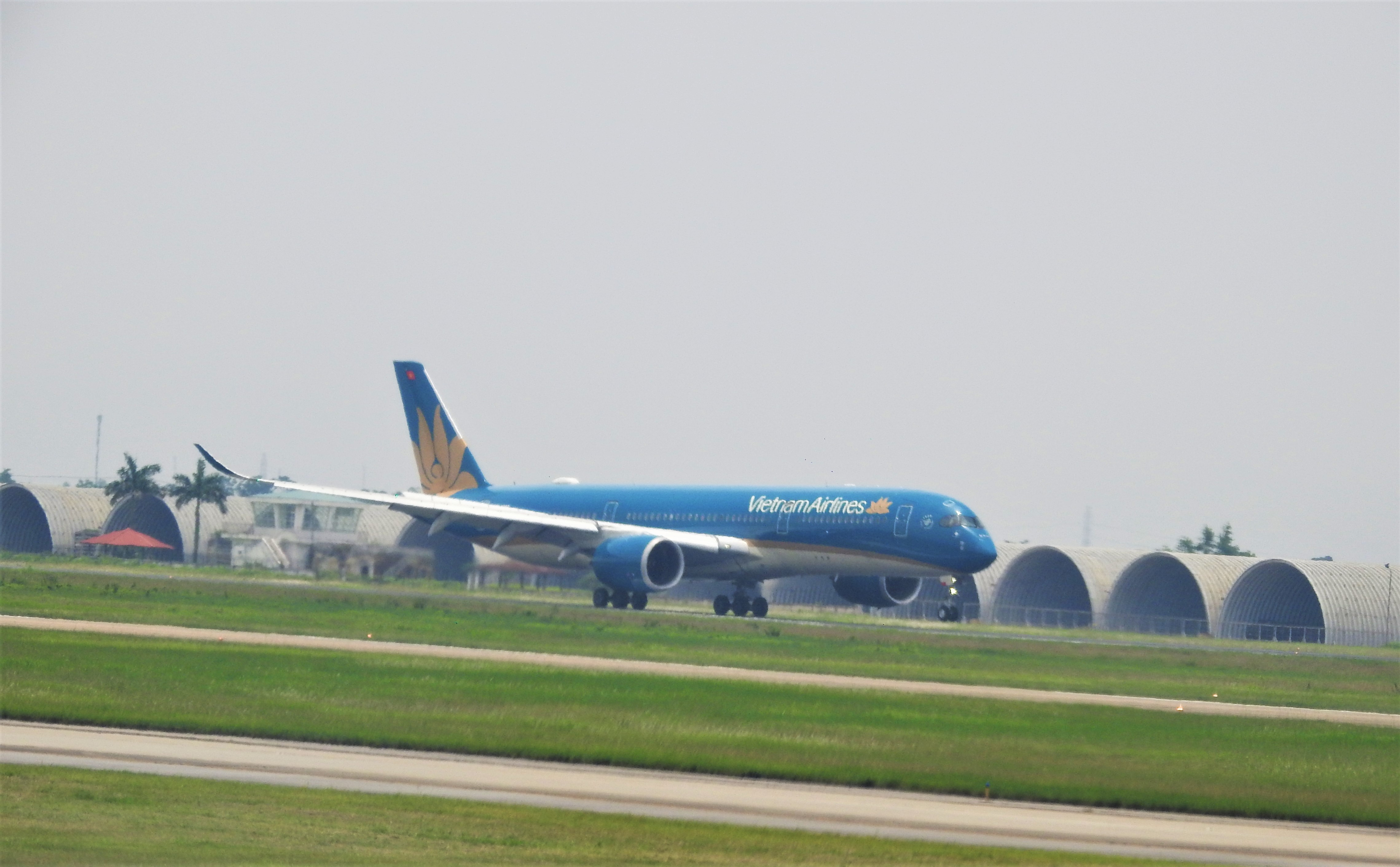 Hàng không thay đổi lịch bay vì bão số 7 (Nangka) - Ảnh 1.