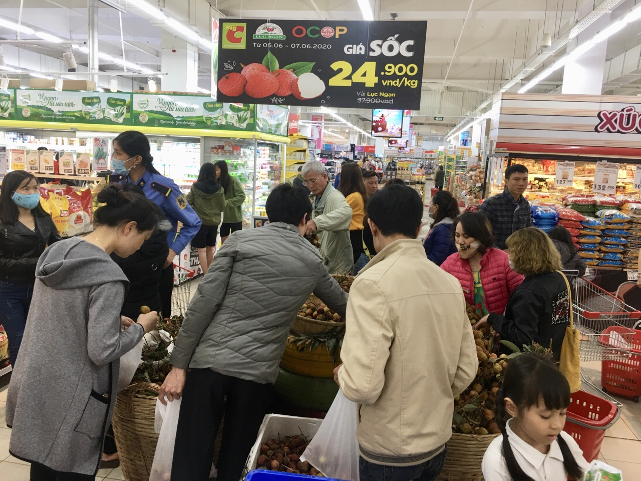 Mở rộng đầu ra cho vải thiều, sản lượng tiêu thụ tại các hệ thống siêu thị tăng cao - Ảnh 1.
