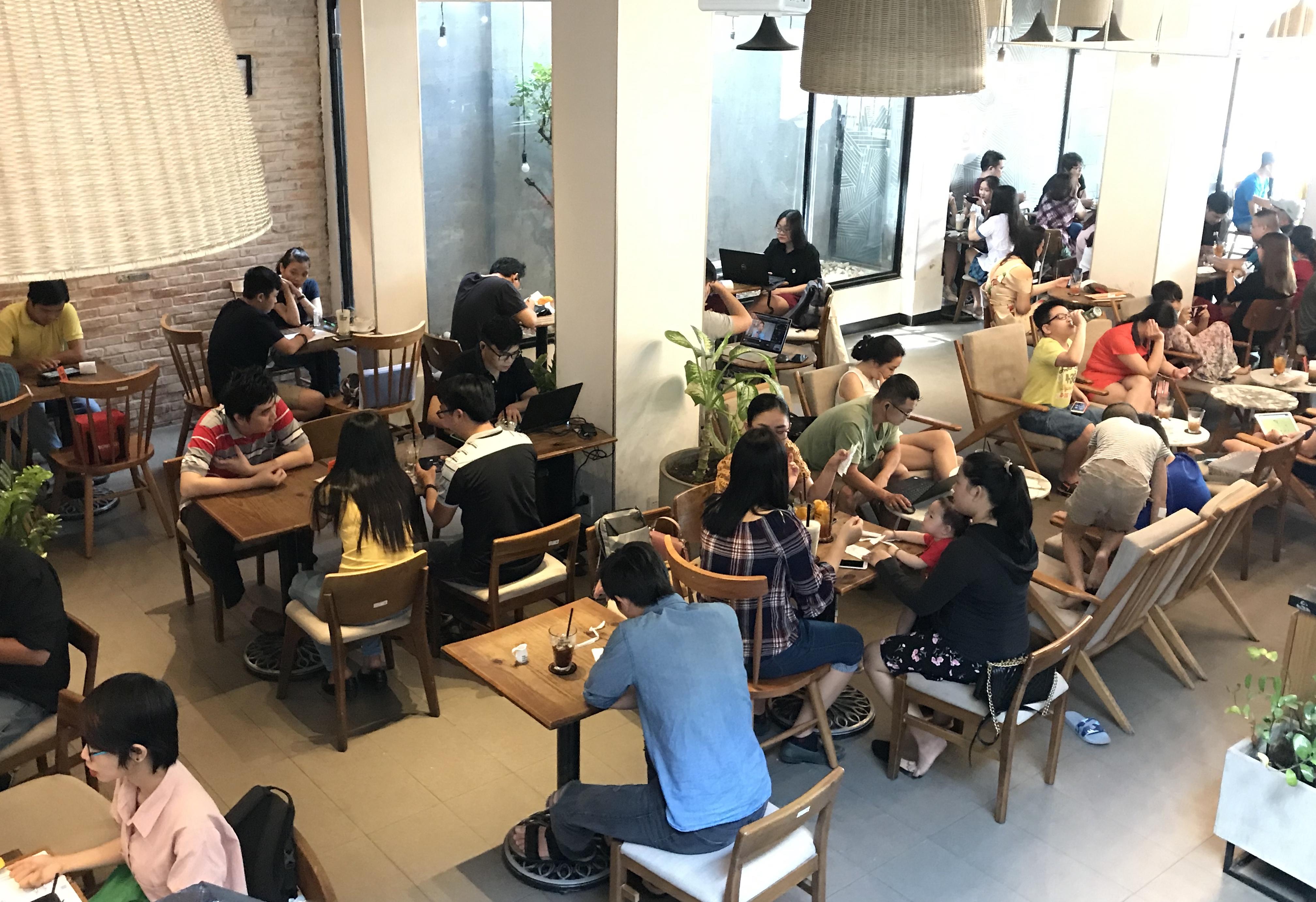 Các quán cà phê theo mô hình chuỗi rất đông khách. Ảnh: Phúc Minh.