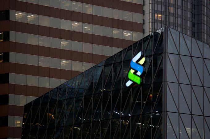IPO một ngân hàng Trung Quốc mang lại lợi nhuận cho Standard Chartered trong bức tranh u ám - Ảnh 1.
