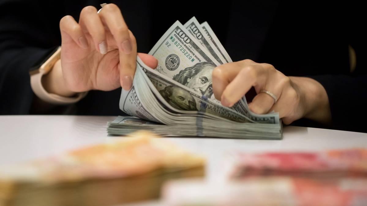 COVID-19 thúc đẩy người dân các nước phát triển tích trữ tiền mặt - Ảnh 1.
