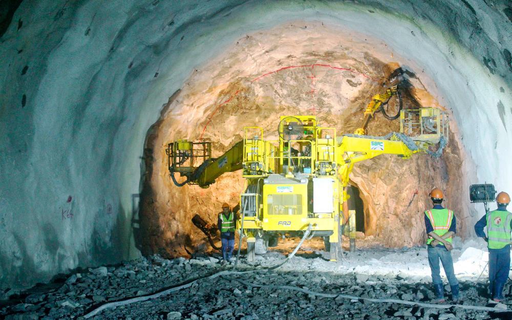 Hàng trăm nhà dân bị nứt khi thi công dự án hầm đường bộ Hải Vân chưa được trả tiền hỗ trợ - Ảnh 1.