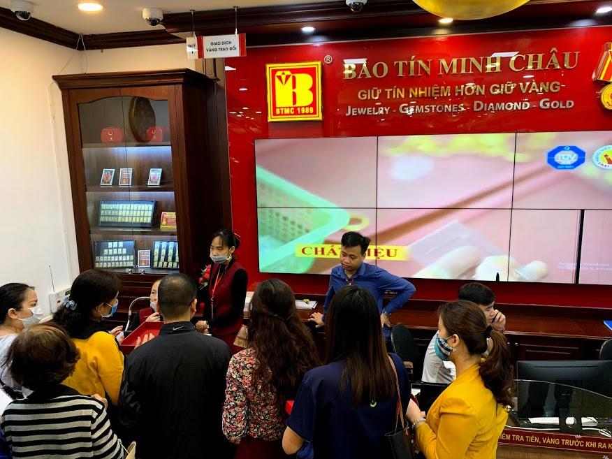 Giá vàng lập đỉnh mới, bỏ xa mốc 53 triệu đồng/lượng, người Hà Nội xếp hàng mua vàng lướt sóng - Ảnh 2.