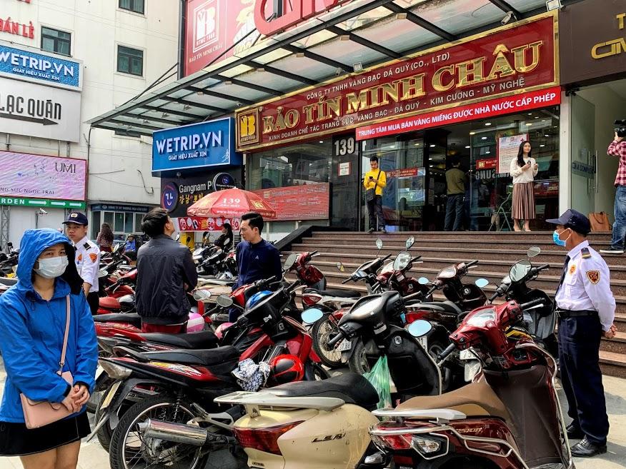Giá vàng lập đỉnh mới, bỏ xa mốc 53 triệu đồng/lượng, người Hà Nội xếp hàng mua vàng lướt sóng - Ảnh 3.