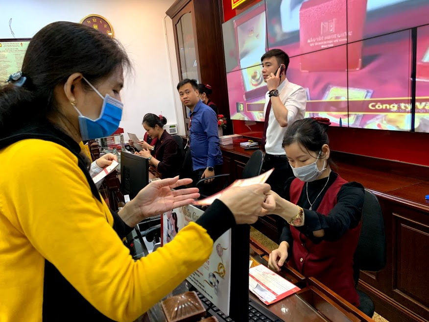 Giá vàng lập đỉnh mới, bỏ xa mốc 53 triệu đồng/lượng, người Hà Nội xếp hàng mua vàng lướt sóng - Ảnh 4.