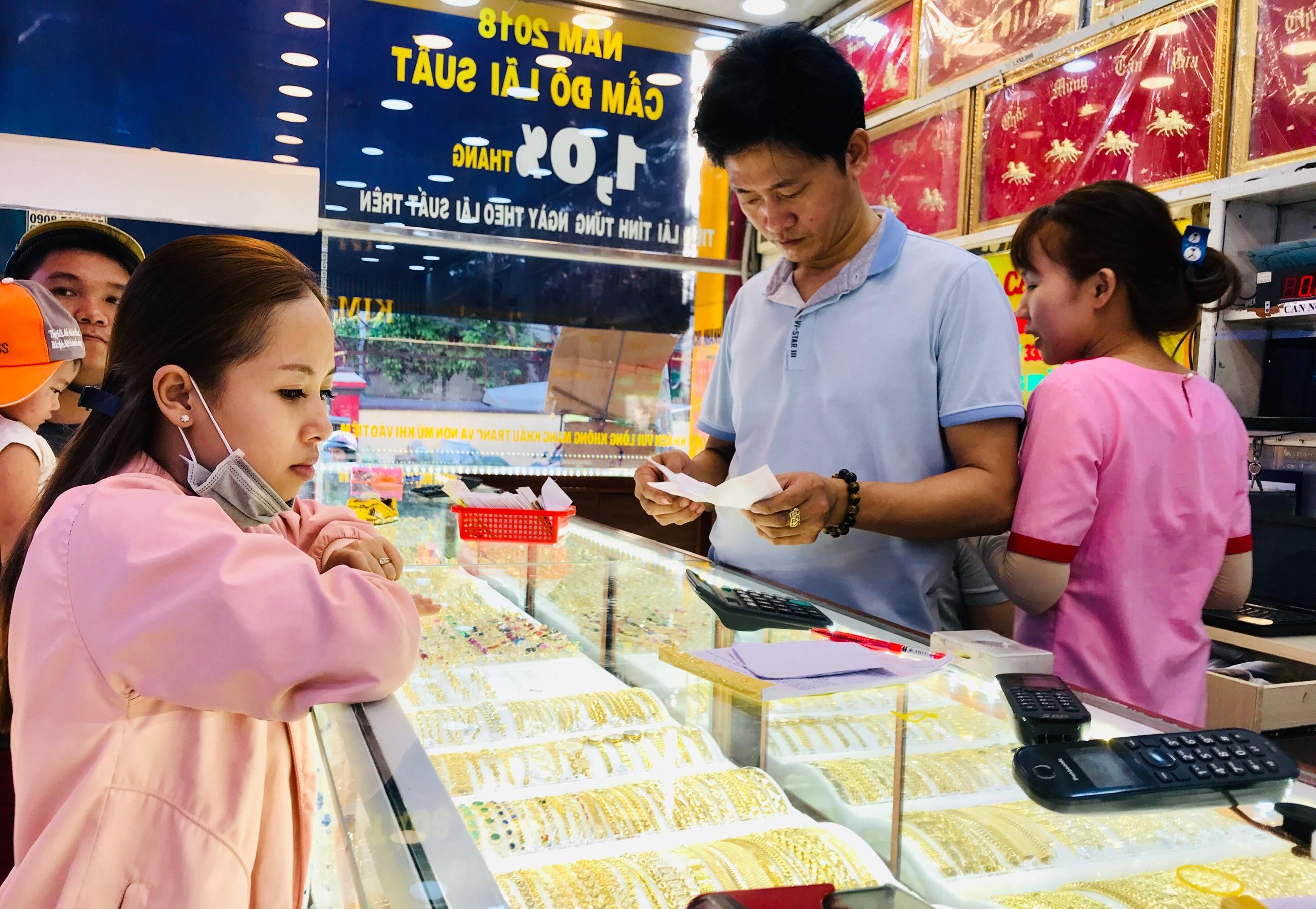 Chênh lệch mua - bán cả triệu đồng, đầu tư vào vàng có kịp hưởng lợi? - Ảnh 3.