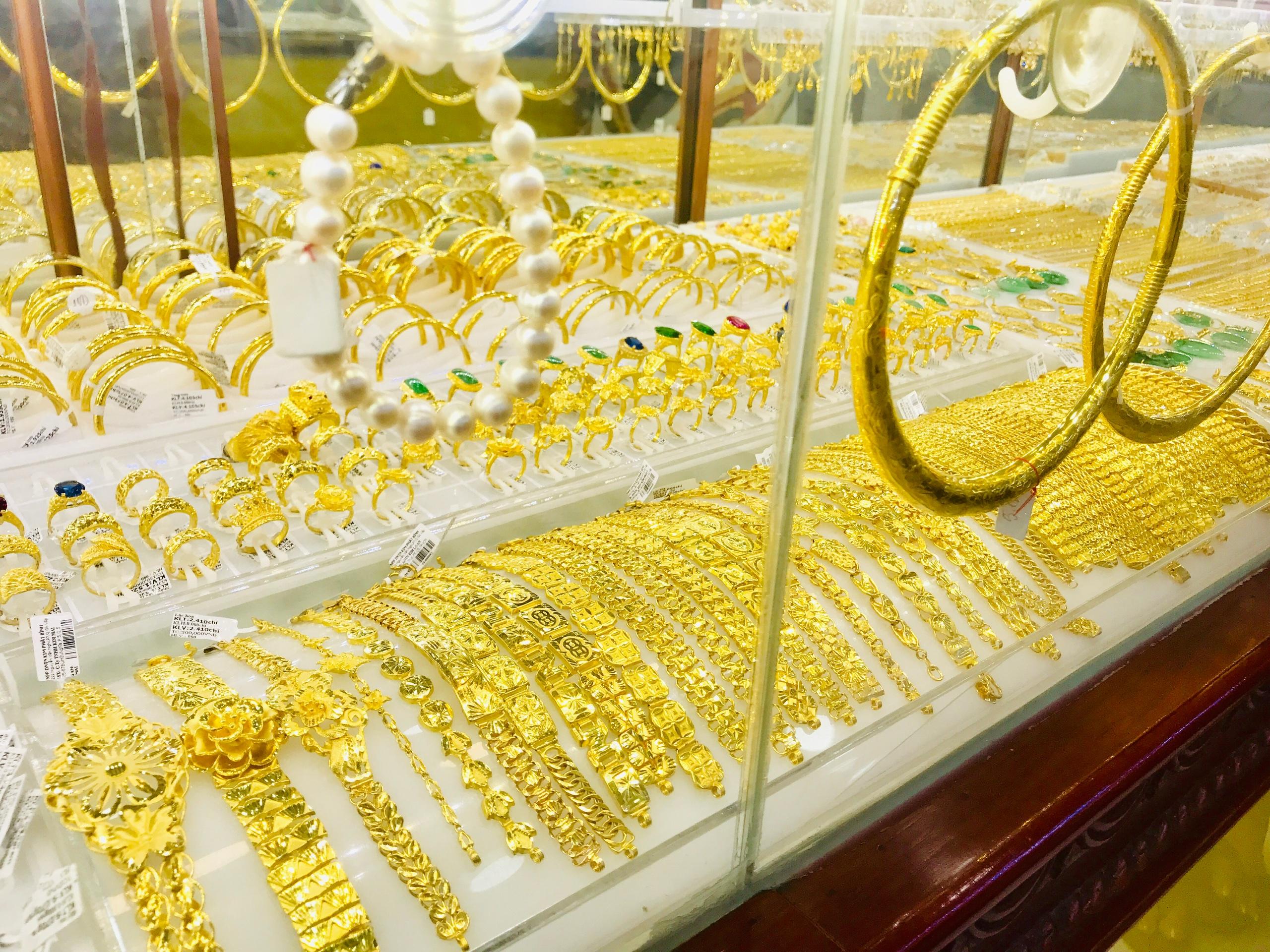 Chênh lệch mua - bán cả triệu đồng, đầu tư vào vàng có kịp hưởng lợi? - Ảnh 1.