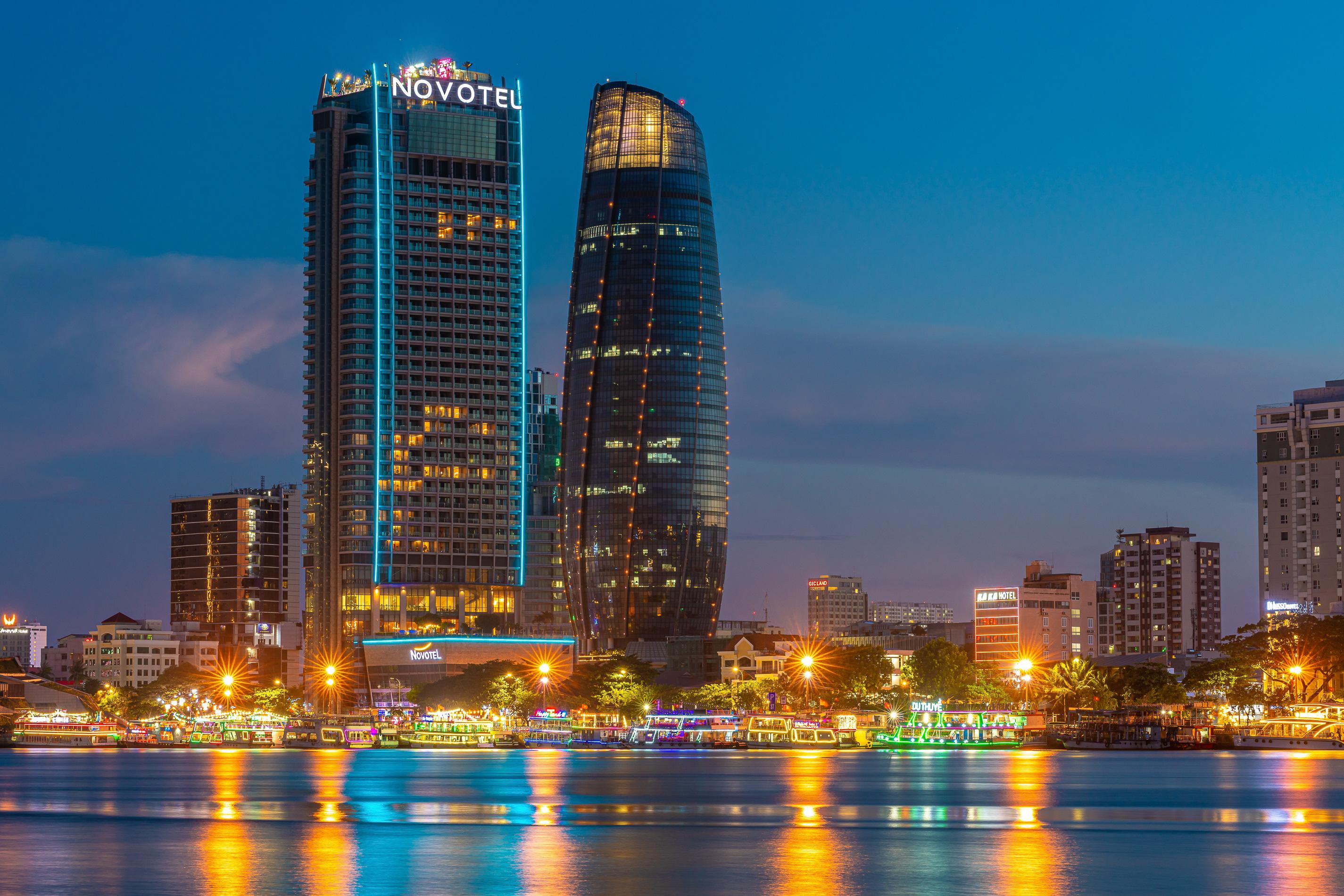 Đà Nẵng phong tỏa 3 bệnh viện, yêu cầu người dân tại 6 quận ở nhà