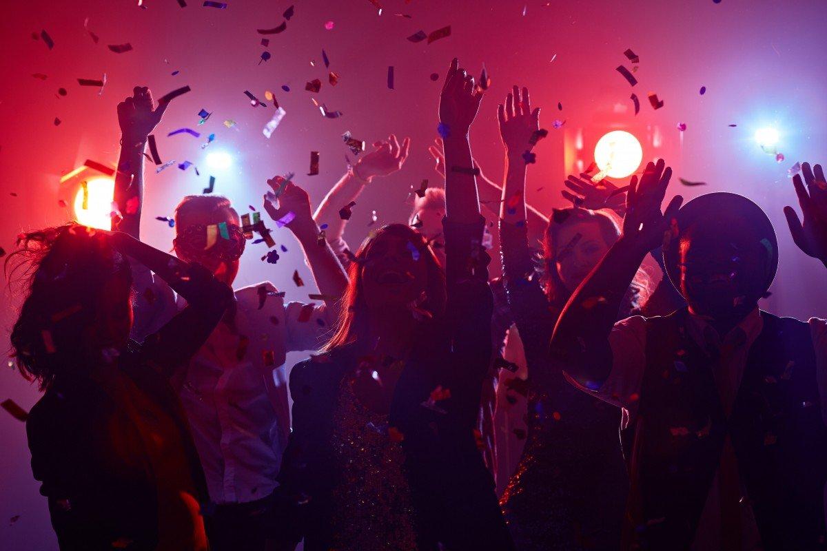 Sinh viên Mỹ tổ chức tiệc cùng người nhiễm COVID-19, ai lây bệnh trước có thưởng - Ảnh 1.