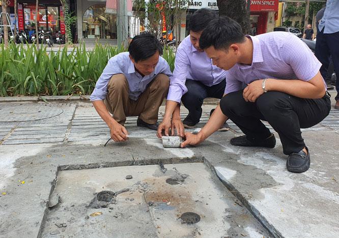 Kiểm tra công tác thi công lát đá vỉa hè tại quận Đống Đa - Ảnh 5.