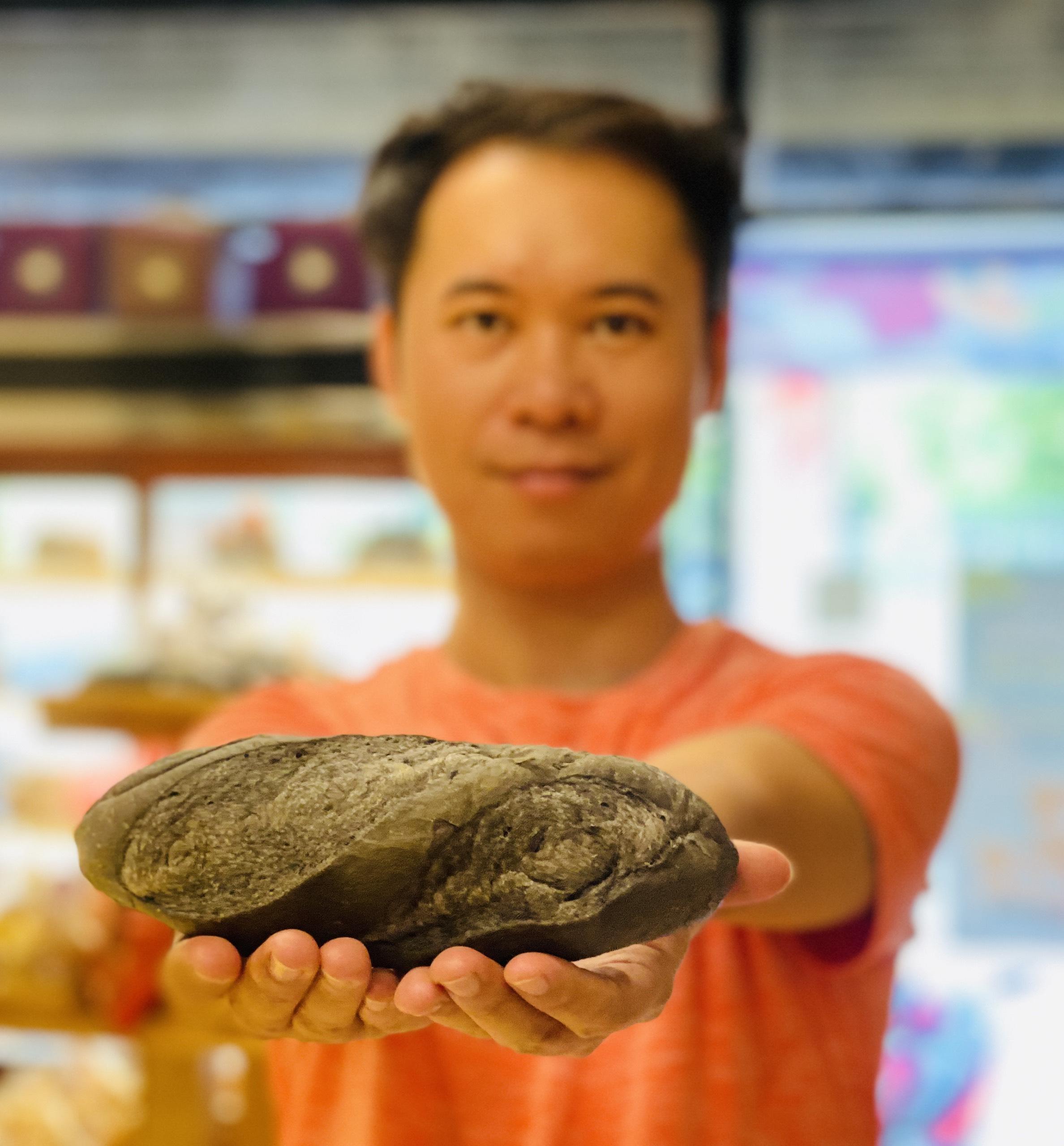 Bán bánh mì đen - Ảnh 1.
