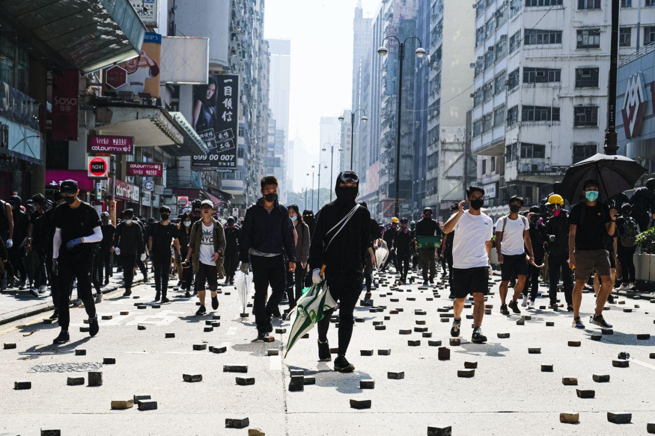 'Chạy trốn' khỏi Hong Kong, dân ngân hàng đụng độ suy thoái kinh tế, thuế cao - Ảnh 4.