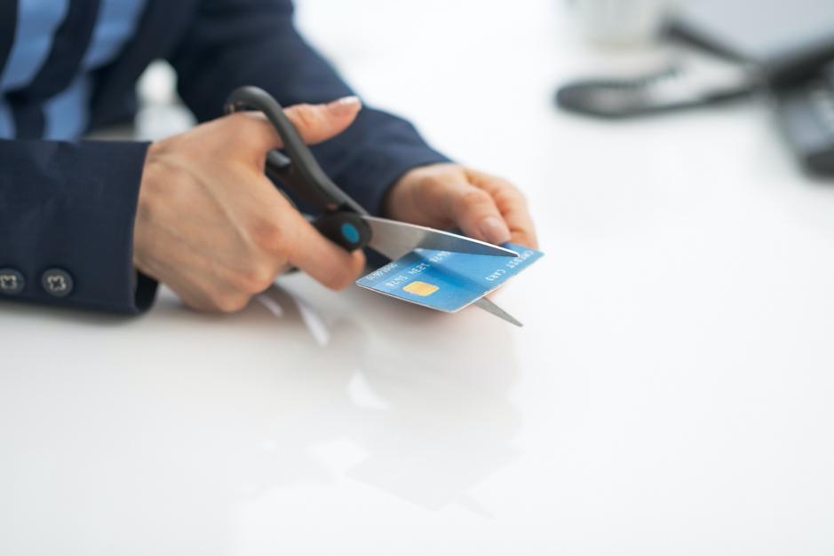 Xác nhận hủy thẻ tín dụng ngay tại quầy dịch vụ chăm sóc khách hàng và yêu cầu cắt thẻ tại chỗ.