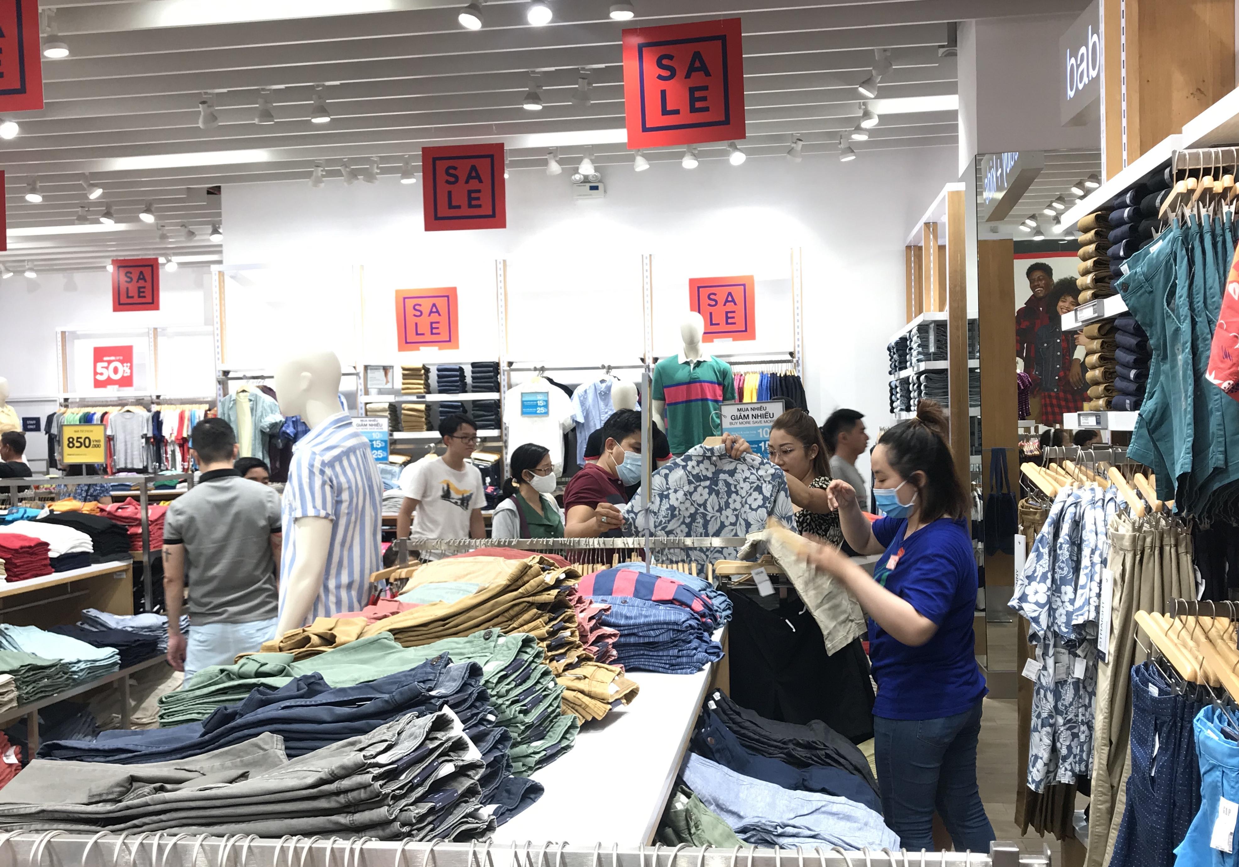 Hàng hiệu lần đầu giảm giá kịch trần lên 100%, người Sài Gòn đổ xô đi mua sắm hậu COVID-19 - Ảnh 2.