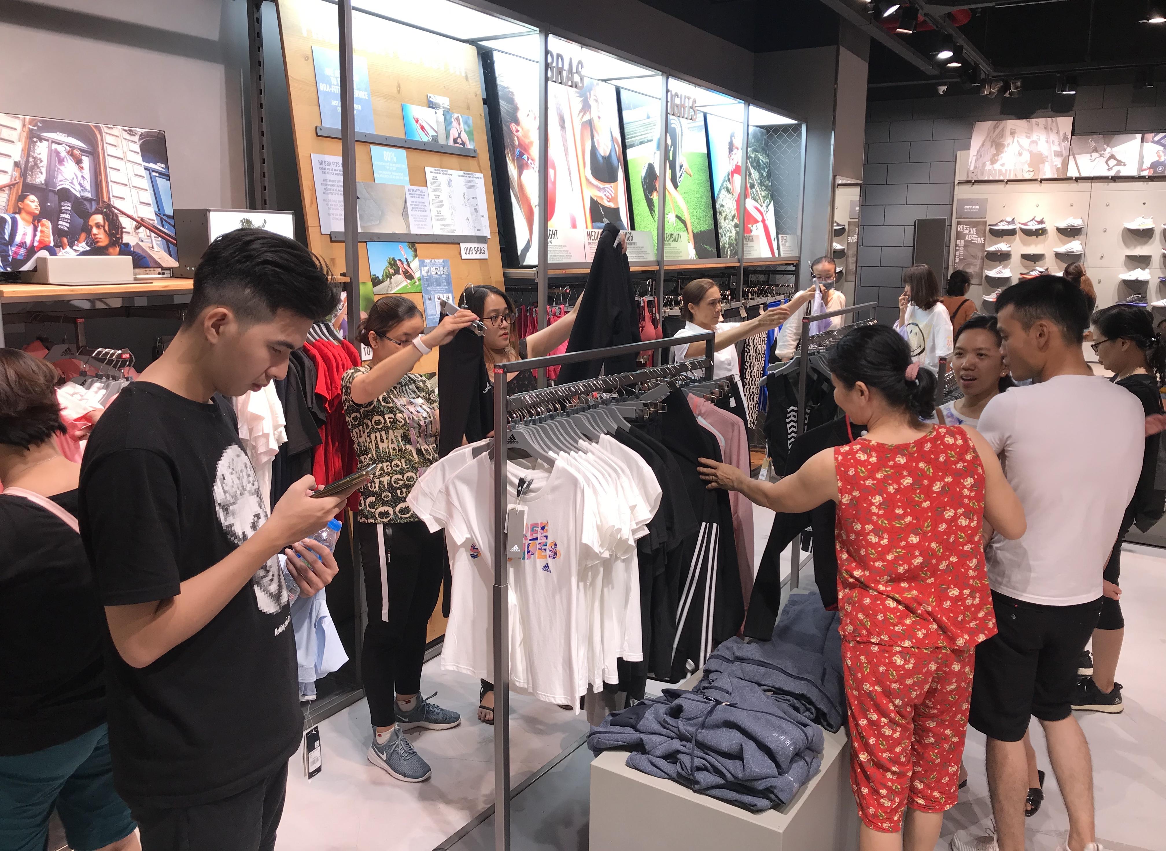 Hàng hiệu lần đầu giảm giá kịch trần lên 100%, người Sài Gòn đổ xô đi mua sắm hậu COVID-19 - Ảnh 7.