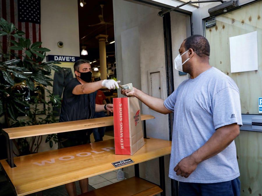 Hàng quán Mỹ ngưng phục vụ ăn tại chỗ vì khách hàng quá khích khi được yêu cầu đeo khẩu trang - Ảnh 1.