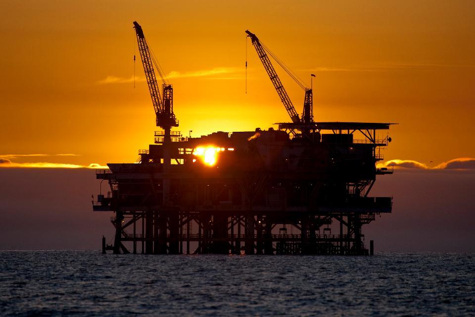 Giá xăng dầu hôm nay 8/7: Cắt giảm nguồn cung chặt chẽ, giá dầu tiếp tục tăng cao - Ảnh 1.