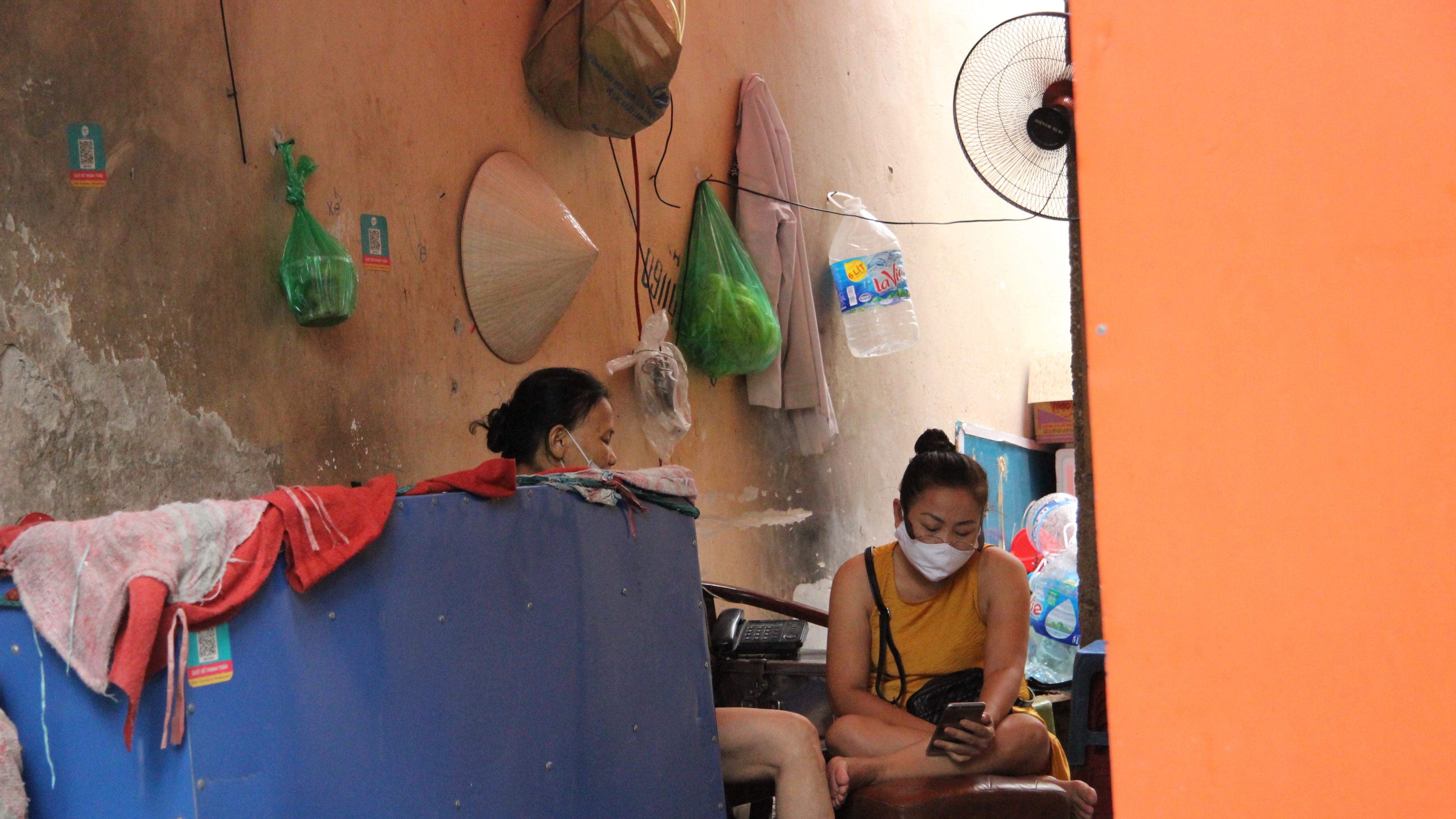 Nhịp sống của người dân Hà Nội những ngày dịch COVID-19 quay trở lại - Ảnh 9.