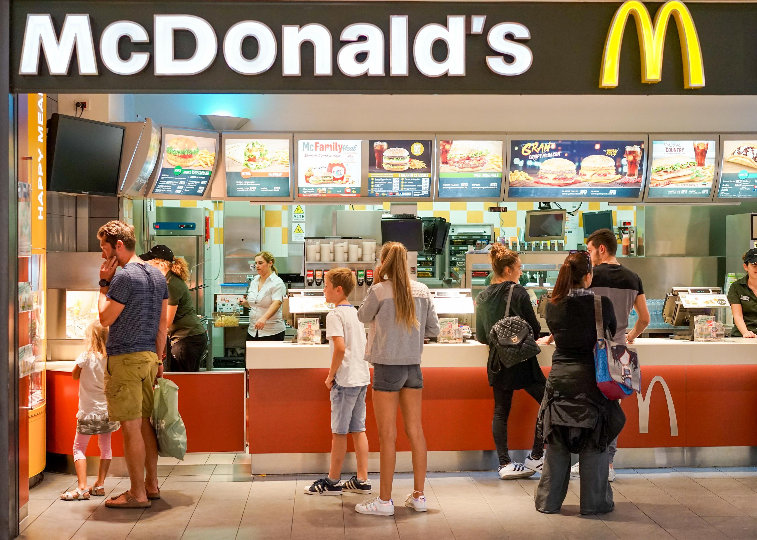 Nhân viên McDonald's sẽ gọi cảnh sát nếu khách hàng không đeo khẩu trang - Ảnh 1.