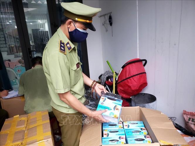 Dịch COVID-19: Liên tục thu giữ nhiều lô khẩu trang không rõ nguồn gốc tại Đà Nẵng - Ảnh 1.