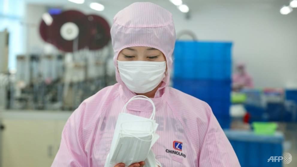 Các công ty sản xuất khẩu trang chật vật để tồn tại sau cơn sốt - Ảnh 1.
