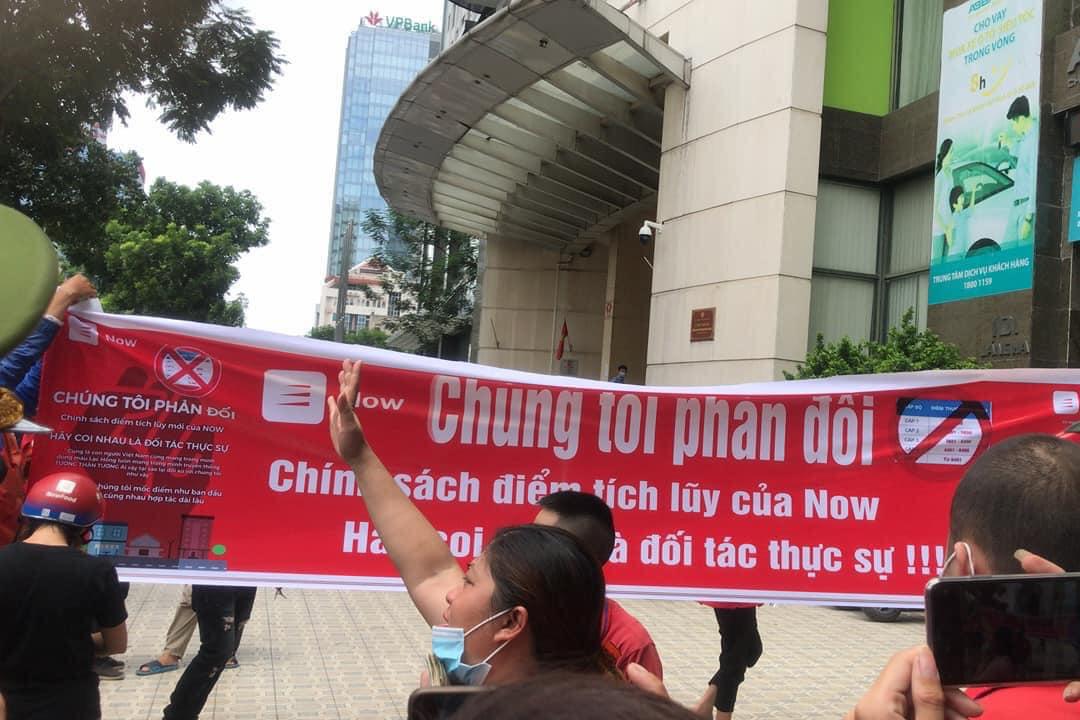 Nhóm tài xế Now tụ tập tại trụ sở Hà Nội nhằm phản đối các chính sách khắt khe