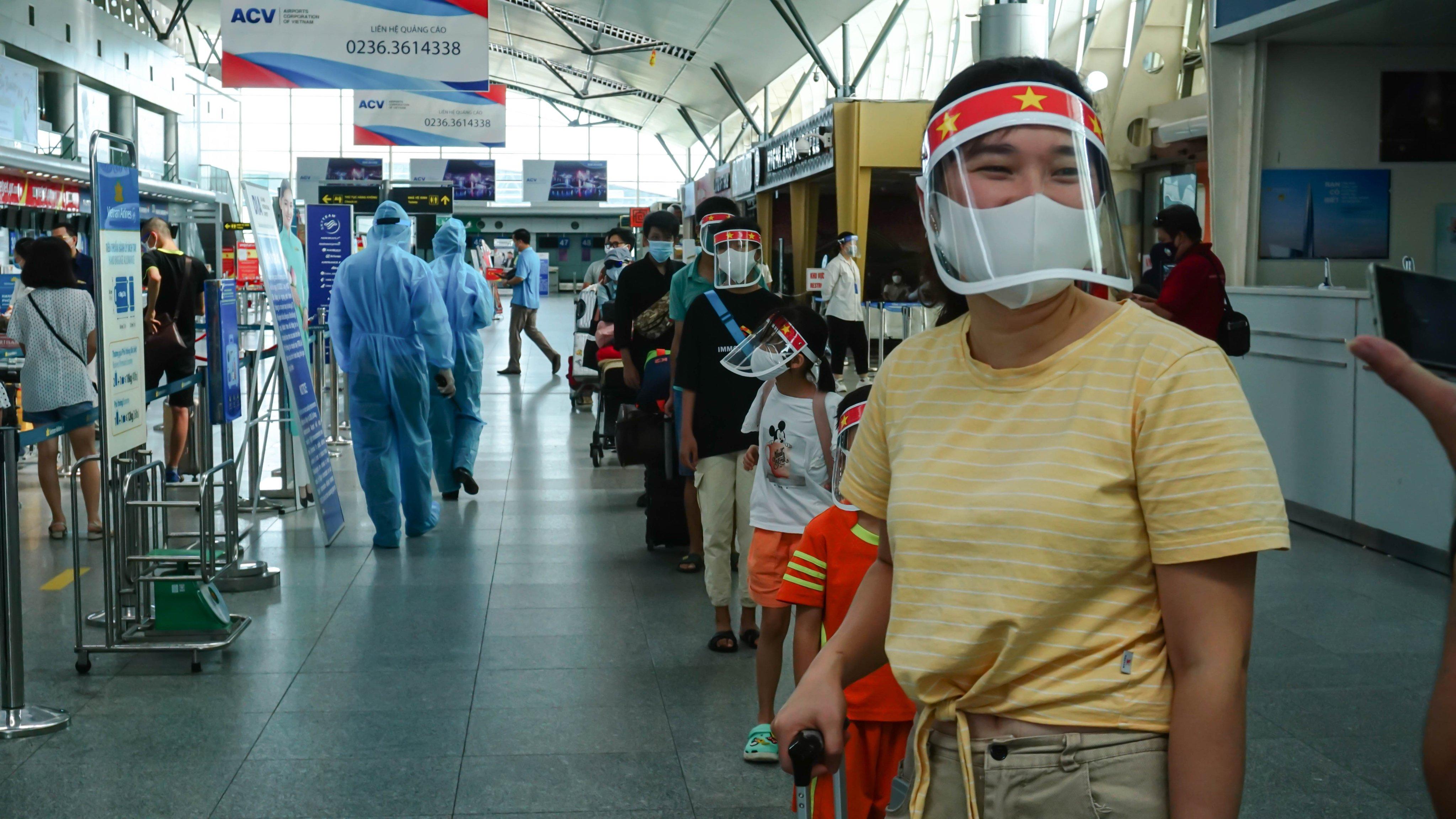 Hơn 200 người bị kẹt do dịch COVID-19 ở Đà Nẵng đã về đến Hà Nội - Ảnh 1.