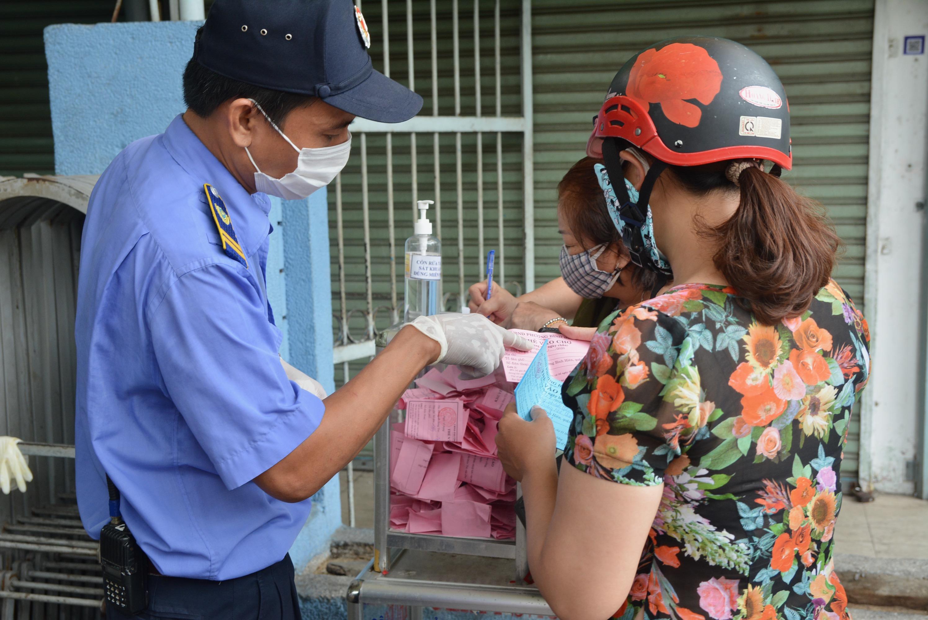 Cận cảnh lần đầu người dân Đà Nẵng dùng thẻ đi chợ - Ảnh 6.