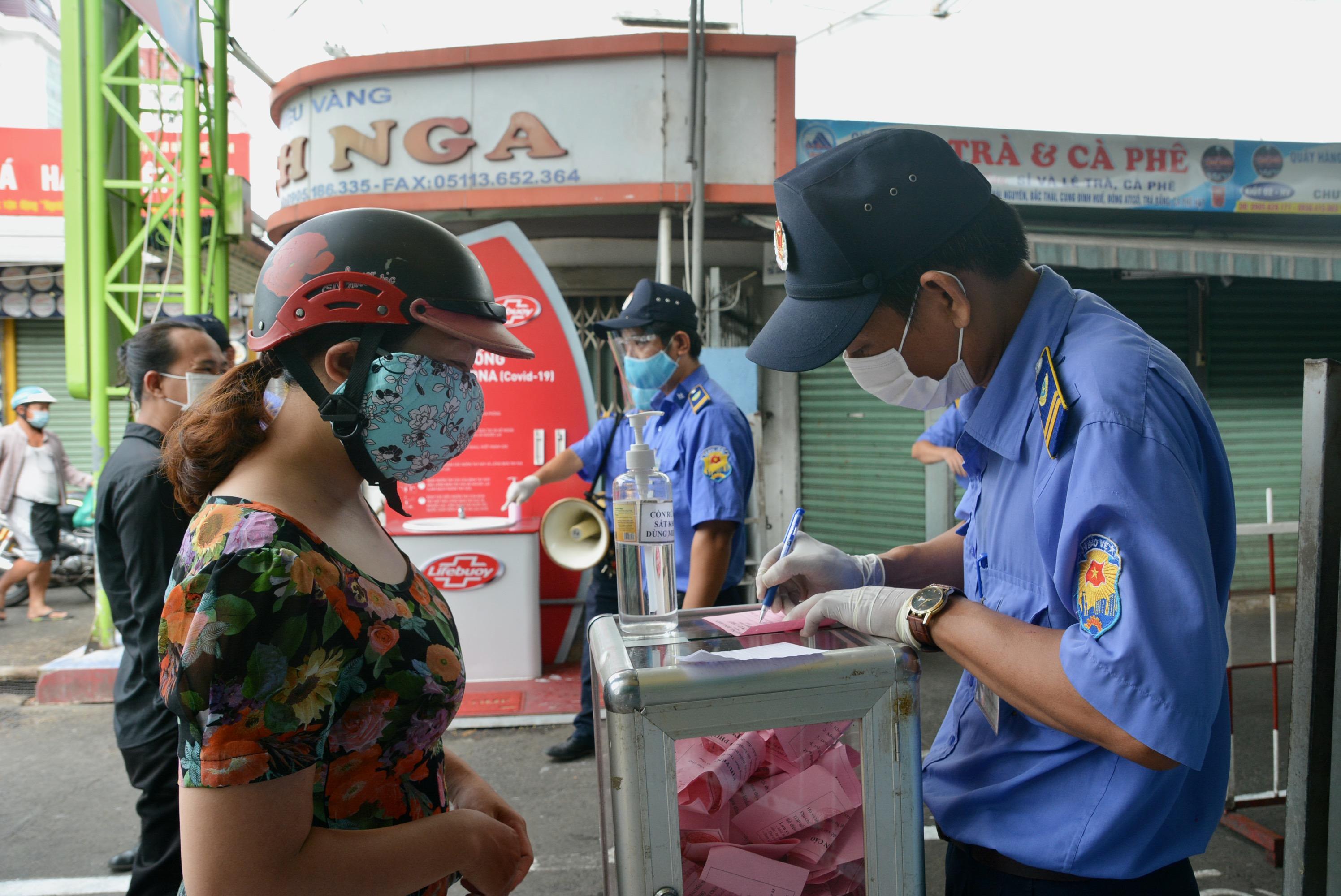 Cận cảnh lần đầu người dân Đà Nẵng dùng thẻ đi chợ - Ảnh 8.