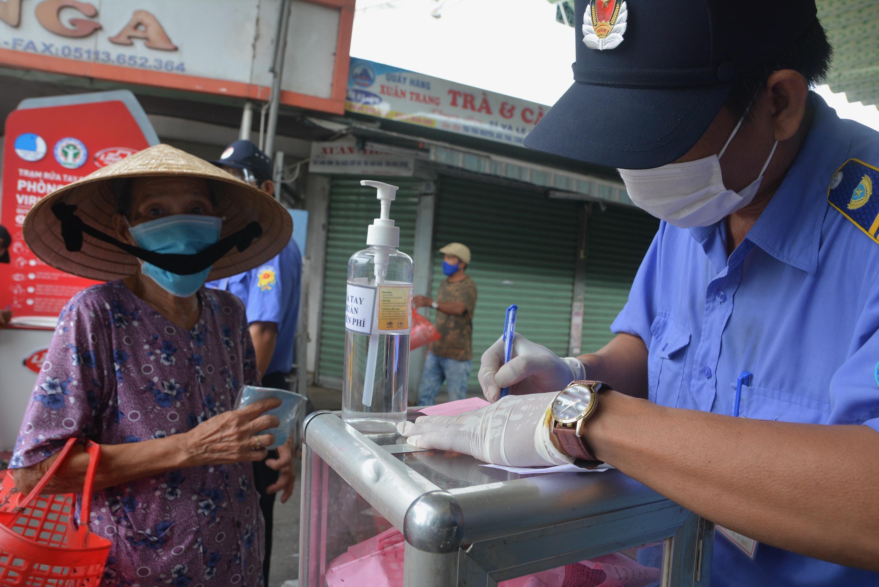 Cận cảnh lần đầu người dân Đà Nẵng dùng thẻ đi chợ - Ảnh 9.