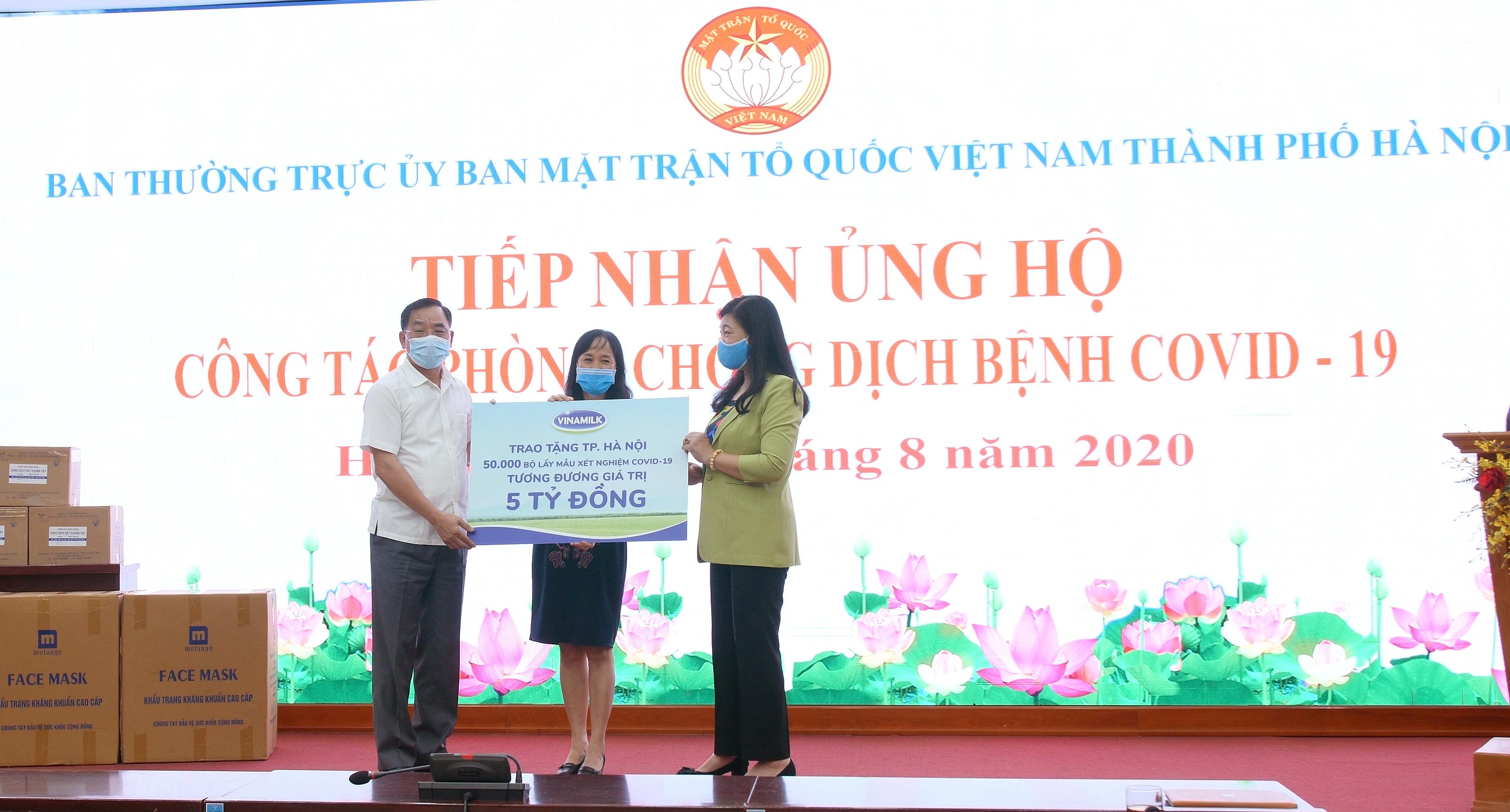 Vinamilk ủng hộ 8 tỉ đồng cho Hà Nội và ba tỉnh miền Trung chiến đấu chống dịch COVID-19 - Ảnh 1.