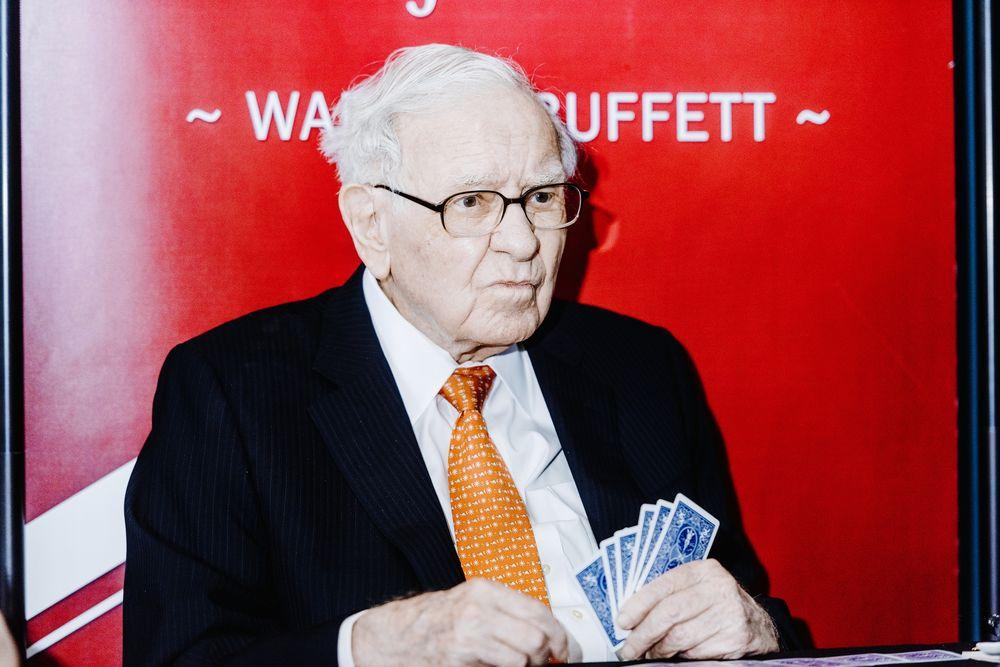Berkshire Hathaway xả cổ phiếu ngân hàng, mua cổ phiếu vàng: Warren Buffett không còn tin tưởng kinh tế Mỹ? - Ảnh 1.