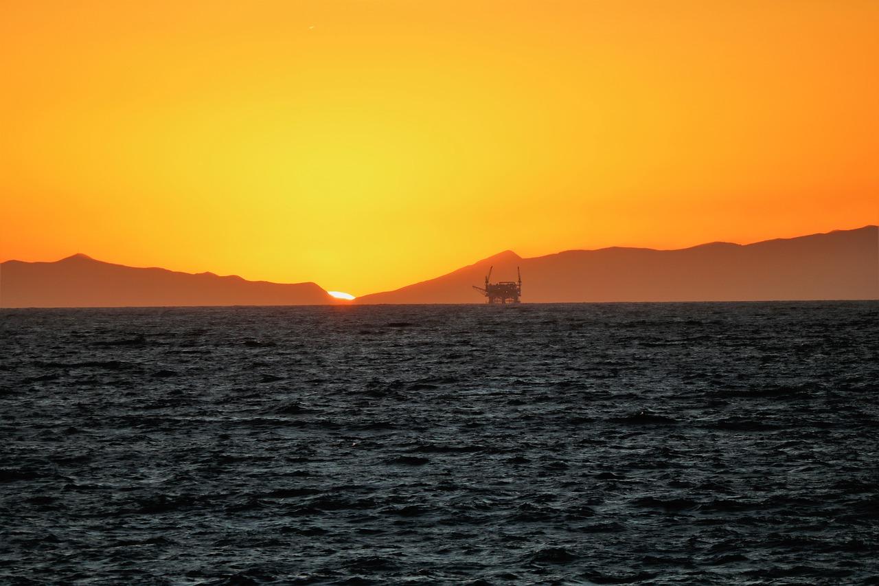 Bản tin thị trường năng lượng ngày 24/8: Giá dầu thô diễn biến trái chiều do nhiều yếu tố tác động - Ảnh 1.
