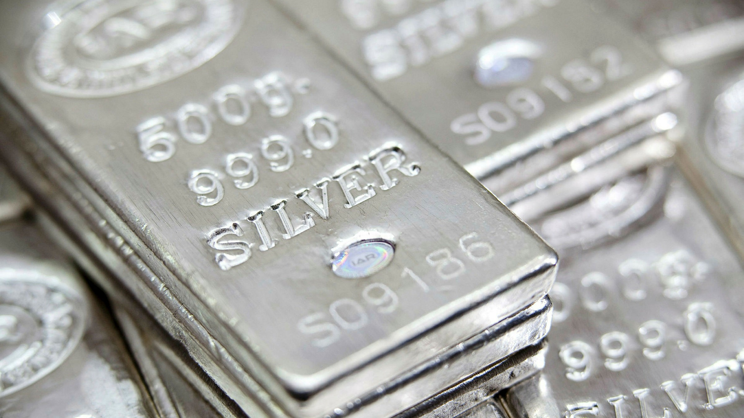 Bản tin thị trường kim loại ngày 27/8: Giá bạc bất ngờ đảo chiều tăng trở lại  - Ảnh 1.