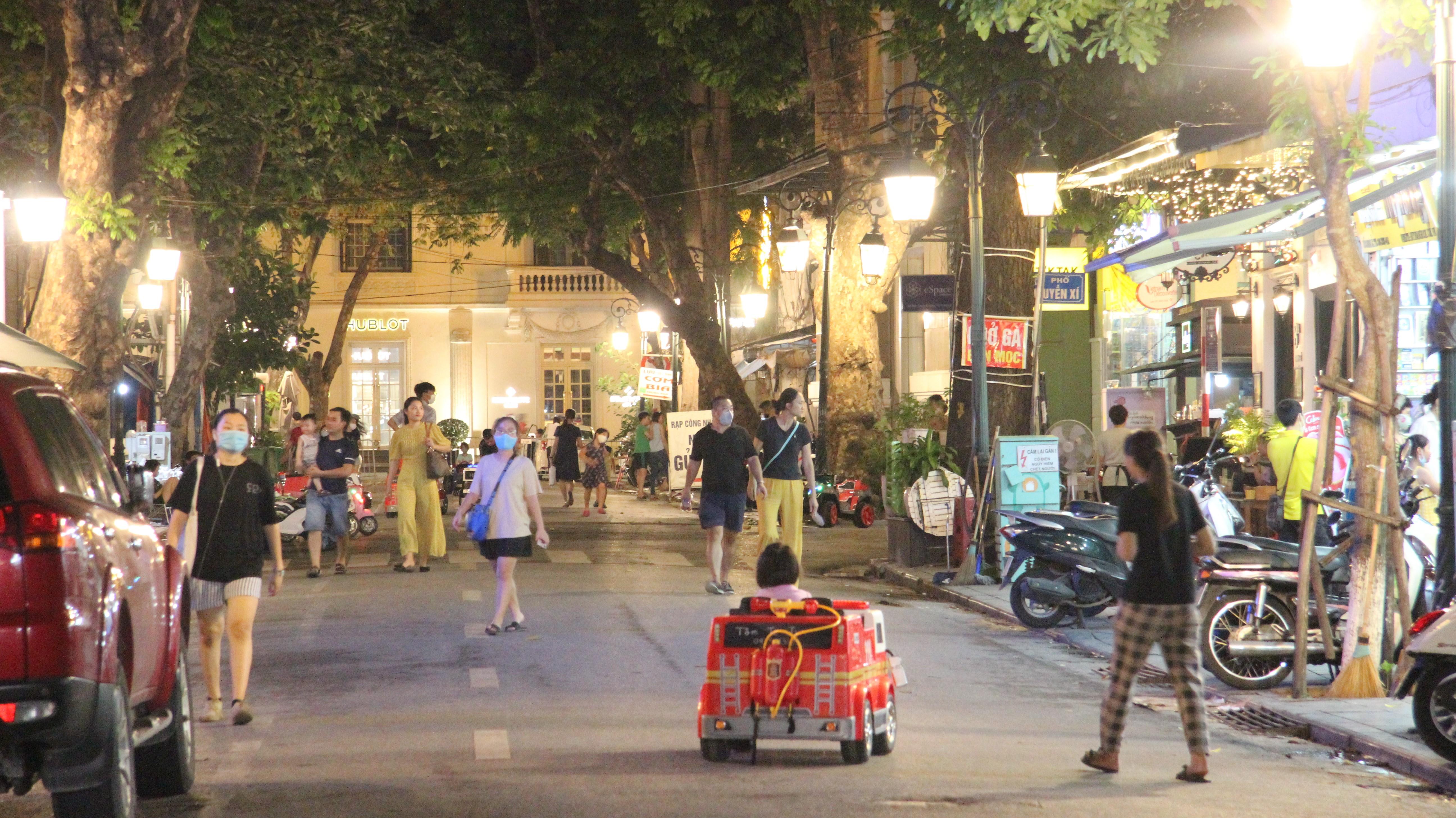 Hà Nội: Phố đi bộ tấp nập cuối tuần, nhiều người vẫn tụ tập, không đeo khẩu trang - Ảnh 2.