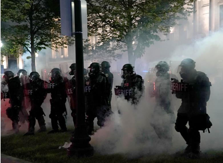 Ông Trump tìm thấy cơ hội giữa làn khói bạo loạn biểu tình - Ảnh 1.