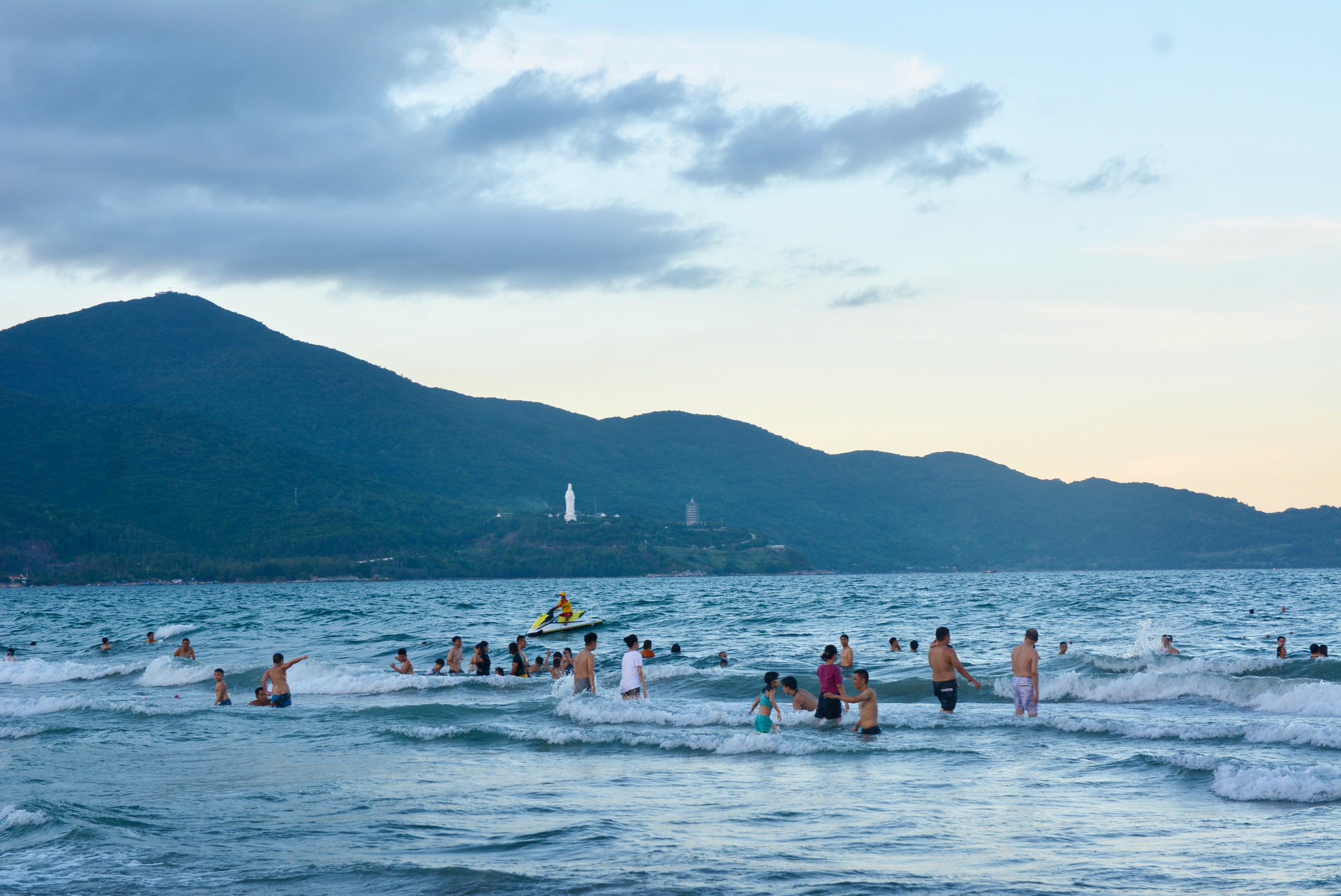Người Đà Nẵng nhớ biển, được tắm, vui chơi thõa thích sau hơn 45 nới lỏng cách li - Ảnh 6.