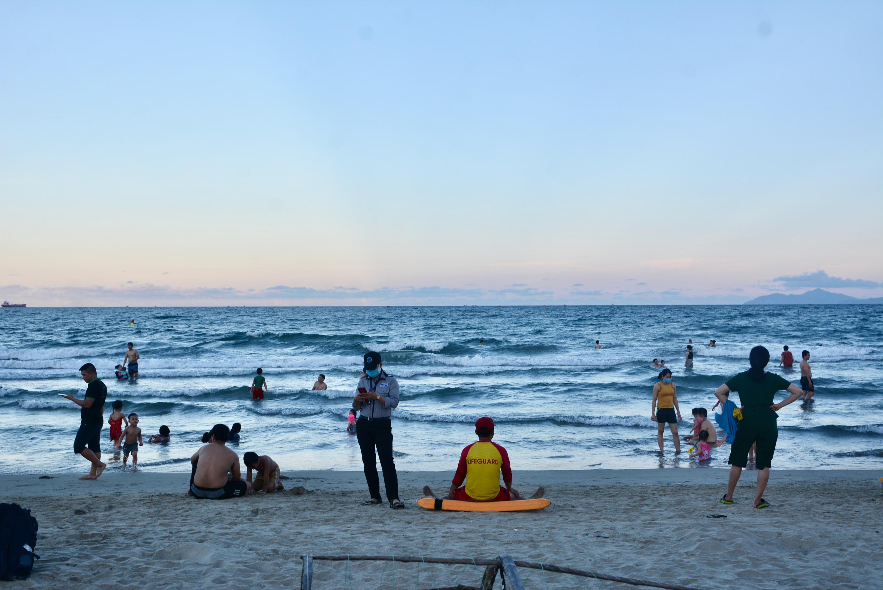 Người Đà Nẵng nhớ biển, được tắm, vui chơi thõa thích sau hơn 45 nới lỏng cách li - Ảnh 13.