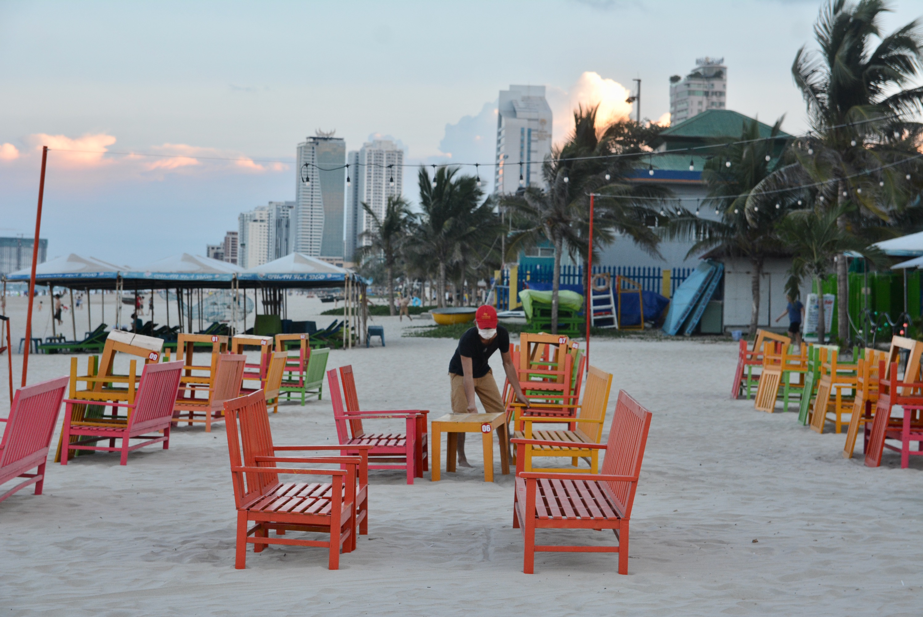 Người Đà Nẵng nhớ biển, được tắm, vui chơi thõa thích sau hơn 45 nới lỏng cách li - Ảnh 14.